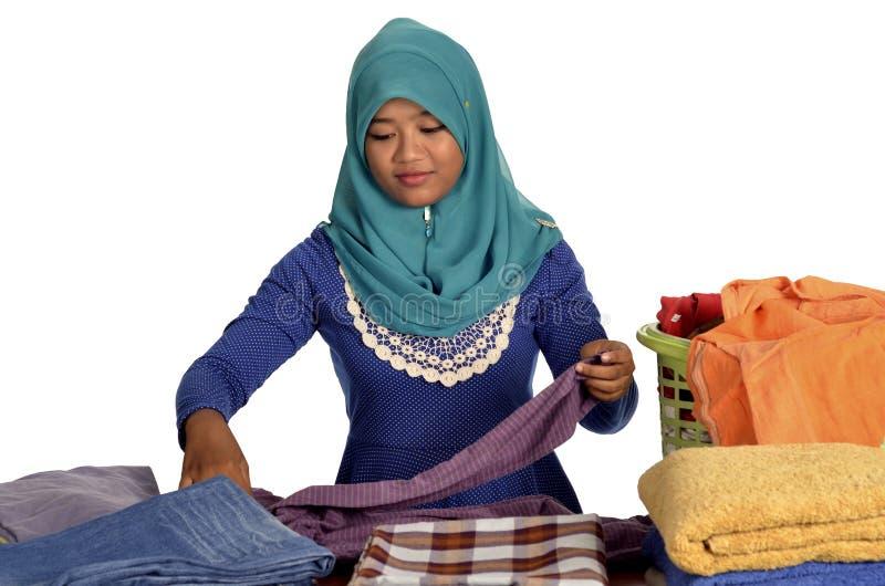 Roupa de dobramento da senhora muçulmana fotos de stock