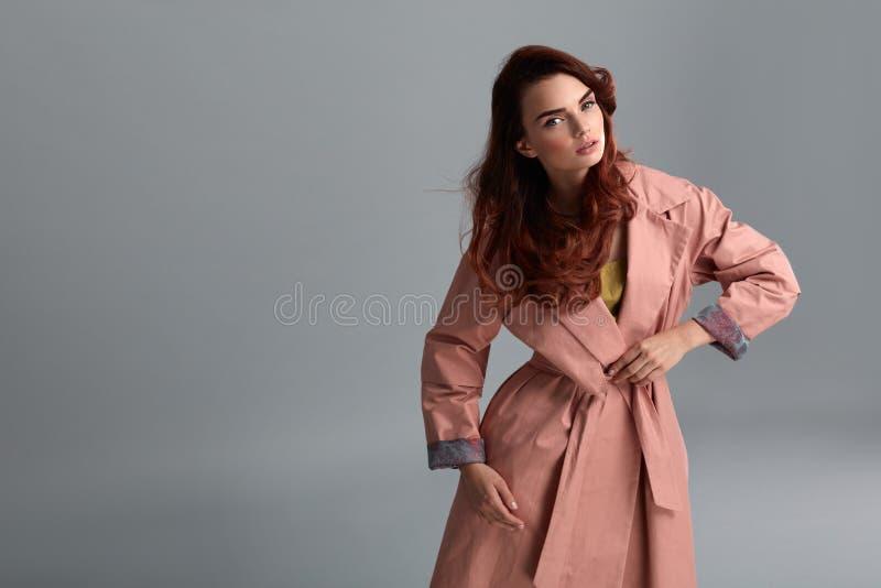 Roupa de Girl Wearing Fashionable do modelo de forma no estúdio estilo fotos de stock