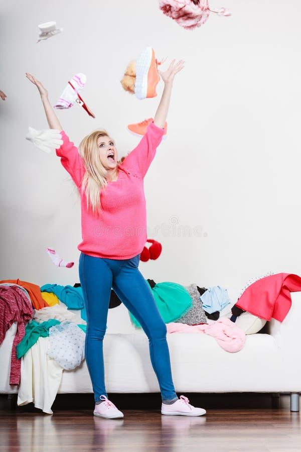 Roupa de jogo da mulher feliz acima da cabeça fotografia de stock