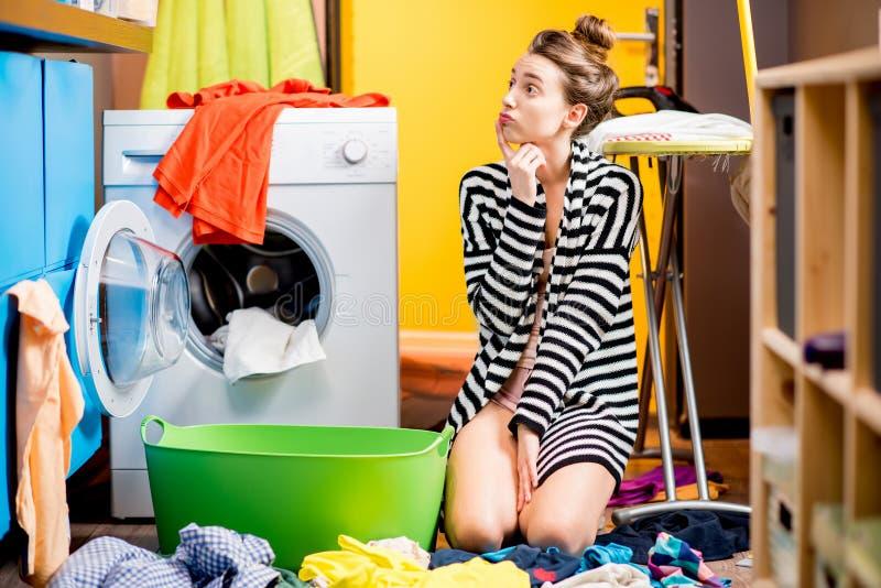 Roupa de lavagem da mulher em casa foto de stock