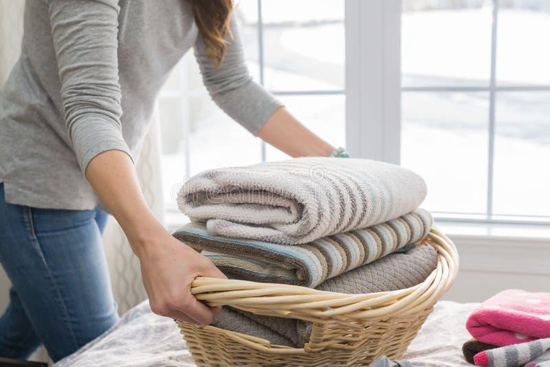 Roupa de lavagem da mulher que faz a lavanderia imagem de stock royalty free