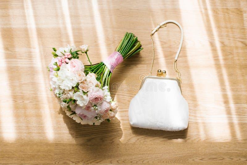 Roupa de noiva delicada e bolsa branca imagem de stock royalty free