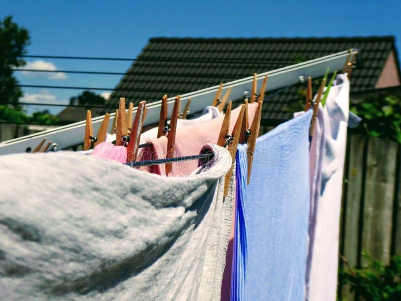 Roupa de secagem limpa na cremalheira seca no jardim fotografia de stock