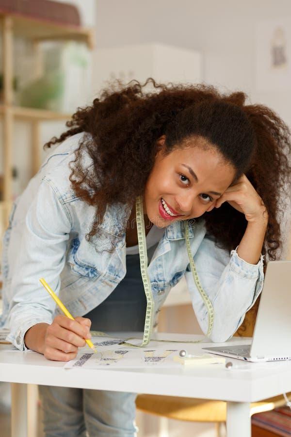 Roupa de sorriso do desenho do desenhador de moda foto de stock