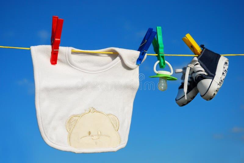 Roupa do bebê no clothesline imagem de stock royalty free
