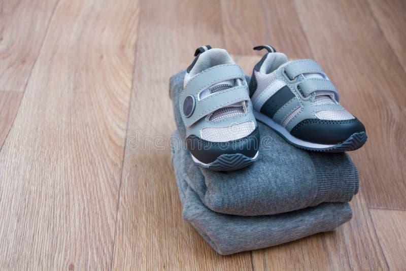 Roupa do equipamento do ` s das crianças do inverno O olhar na moda da forma da vista superior do bebê veste-se com o cartão com  imagem de stock