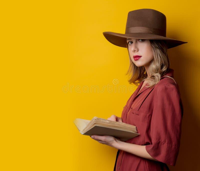 Roupa do estilo da mulher em 1940 s com livro fotos de stock