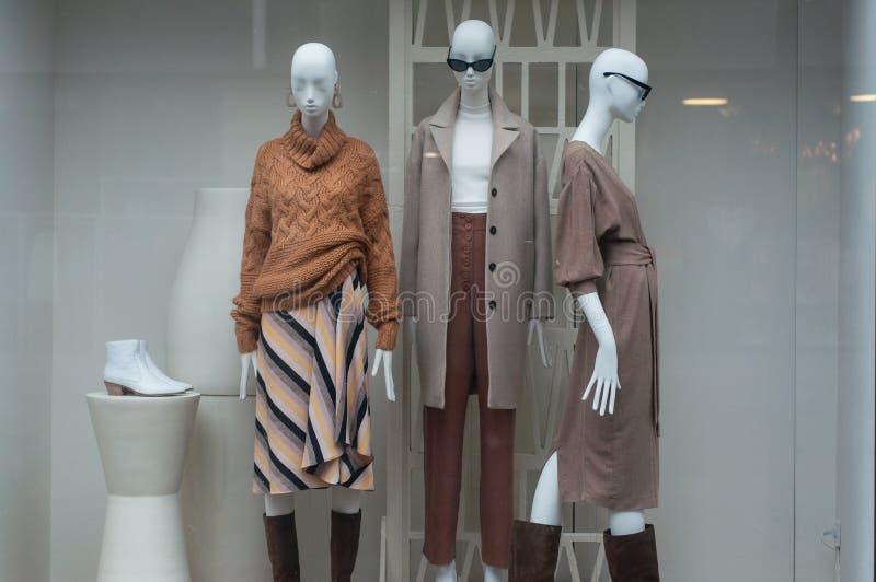 roupa do inverno em manequins em uma sala de exposições da loja da forma das mulheres fotografia de stock