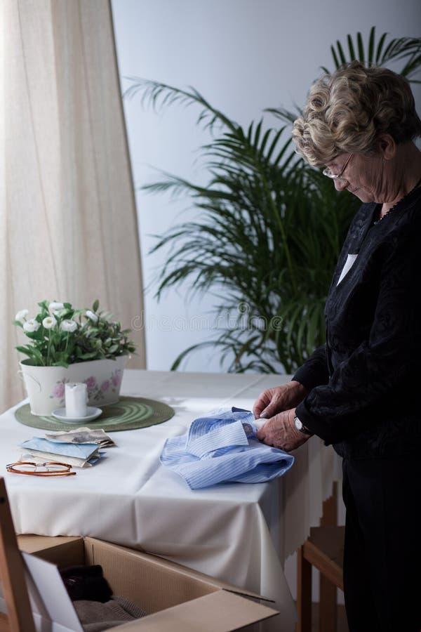 A roupa do marido superior da embalagem da mulher fotografia de stock