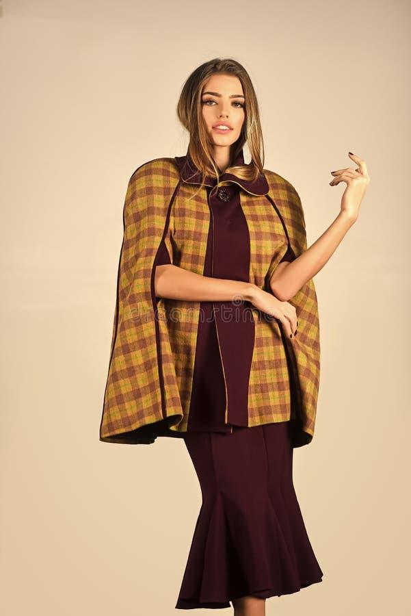 Roupa do outono Levantamento elegante da mulher Forme a foto da mulher magnífica nova no vestido roxo imagens de stock