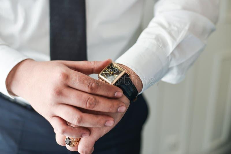 Roupa do pulso de disparo do homem de negócios, homem de negócios que verifica o tempo em seu relógio de pulso fotos de stock royalty free
