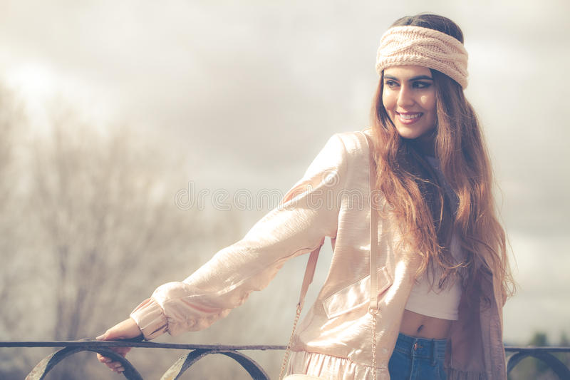 Roupa do ` s das mulheres Mulher de sorriso nova bonita imagem de stock