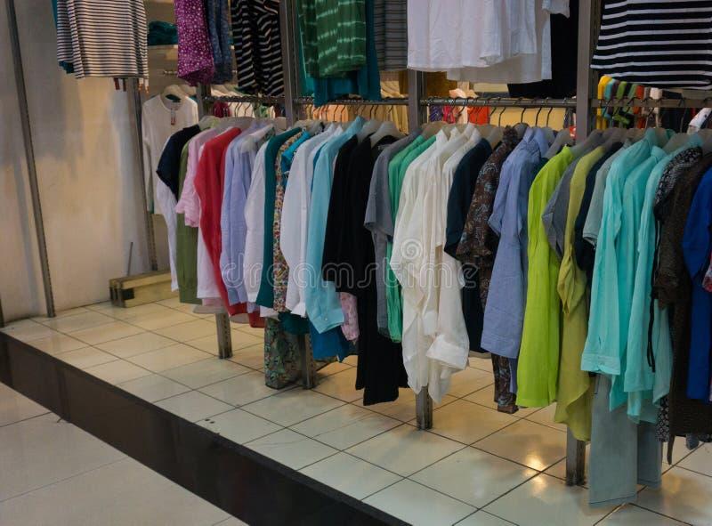 A roupa do ` s dos homens que pendura na cremalheira indica Jakarta recolhido foto Indonésia foto de stock