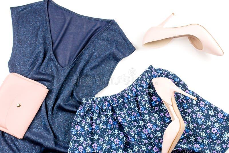 Roupa e acessórios modernos da mulher do estilo ocasional do verão - parte superior e saia azuis, bombas cor-de-rosa com embreage fotografia de stock royalty free