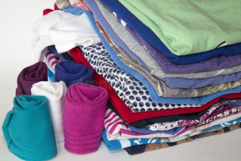 A roupa e as peúgas foram dobradas em uma pilha pura foto de stock