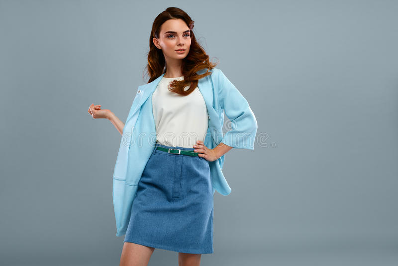 Roupa elegante de Girl In Beautiful do modelo de forma no estúdio foto de stock royalty free