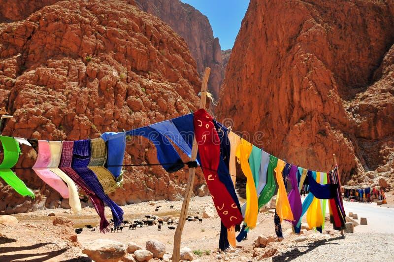 Roupa em desfiladeiros de Todra em Marrocos fotografia de stock