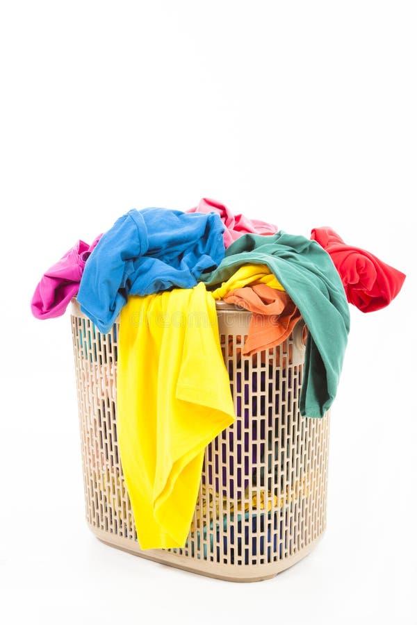 Roupa em uma cesta de lavanderia imagem de stock
