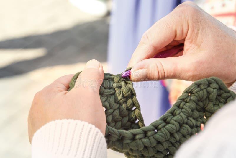 Roupa fêmea da malha das mãos das lãs feitas crochê Close-up imagem de stock