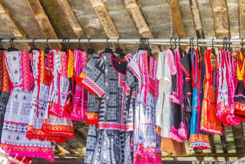 Roupa feito a mão tradicional bonita para a venda ao turista como a lembrança no mercado local da vila da minoria do tribo do mon imagens de stock