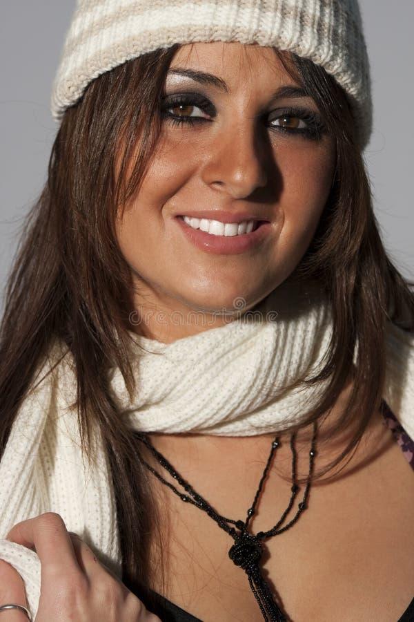 Roupa feliz de lãs do inverno da mulher do modelo do penteado imagens de stock