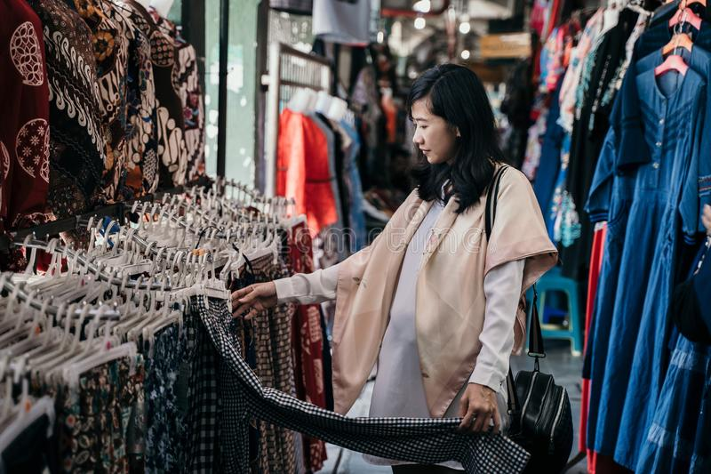 Roupa indon?sia tradicional de compra do teste padr?o do batik fotos de stock