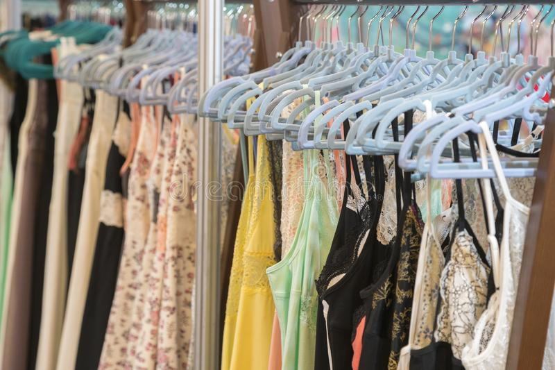 Roupa interior atrativa e sedutor em um gancho em uma loja de roupa das mulheres Roupa interior do laço das mulheres em um gancho imagens de stock