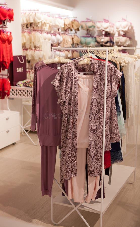 Roupa interior de seda que pendura em uma cremalheira na sala de exposições Coleção do roupa interior, de partes superiores, do s fotografia de stock