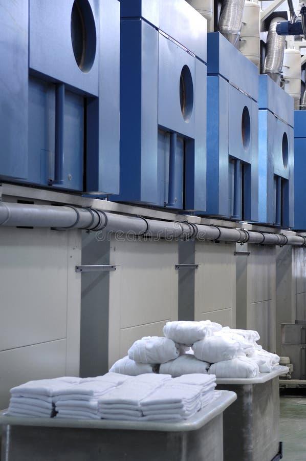 Roupa limpa de uma lavanderia industrial imagens de stock