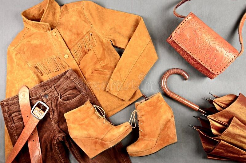 A roupa marrom e os acessórios das mulheres ajustados imagens de stock royalty free