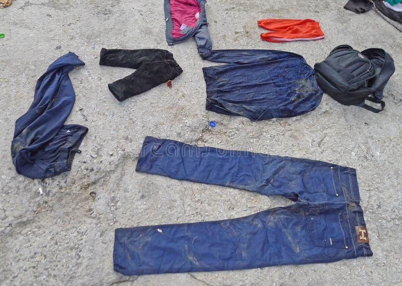 A roupa molhada espalhou para fora na praia Lesvos Grécia imagens de stock