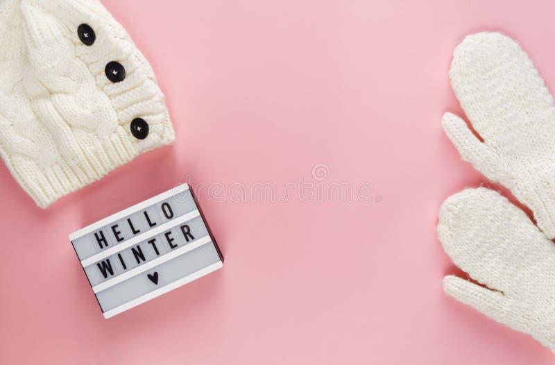 Roupa morna, acolhedor do inverno, lightbox no fundo cor-de-rosa pastel Configuração do plano do conceito do Natal fotografia de stock