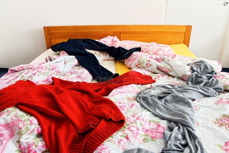 Roupa na cama imagem de stock