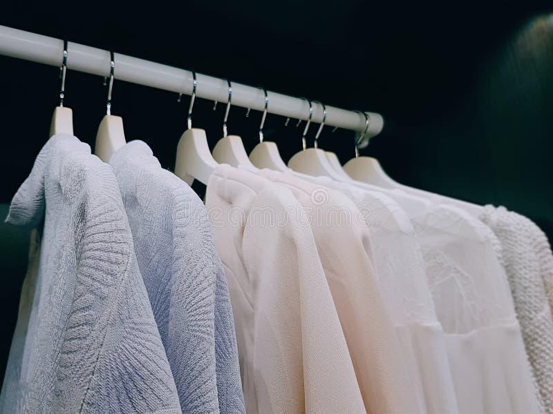 Roupa para as mulheres que penduram dentro do vestuário fotos de stock
