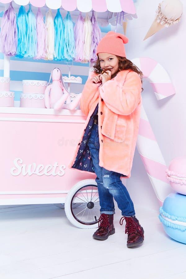 A roupa para a forma do chapéu forrado a pele da sarja de Nimes das calças de brim da criança denomina g pequeno pequeno imagem de stock