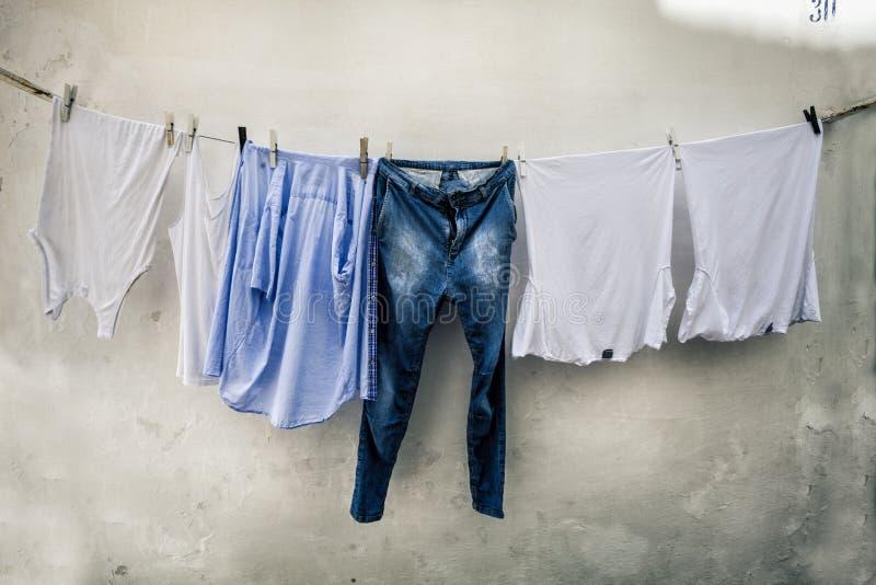 Roupa que pendura para secar Italiano típico da cena Fundo da parede de Grunge fotografia de stock