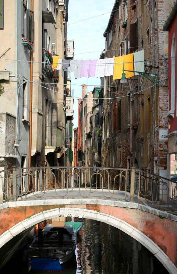 Roupa que pendura sobre a via navegável Veneza em Itália fotos de stock royalty free