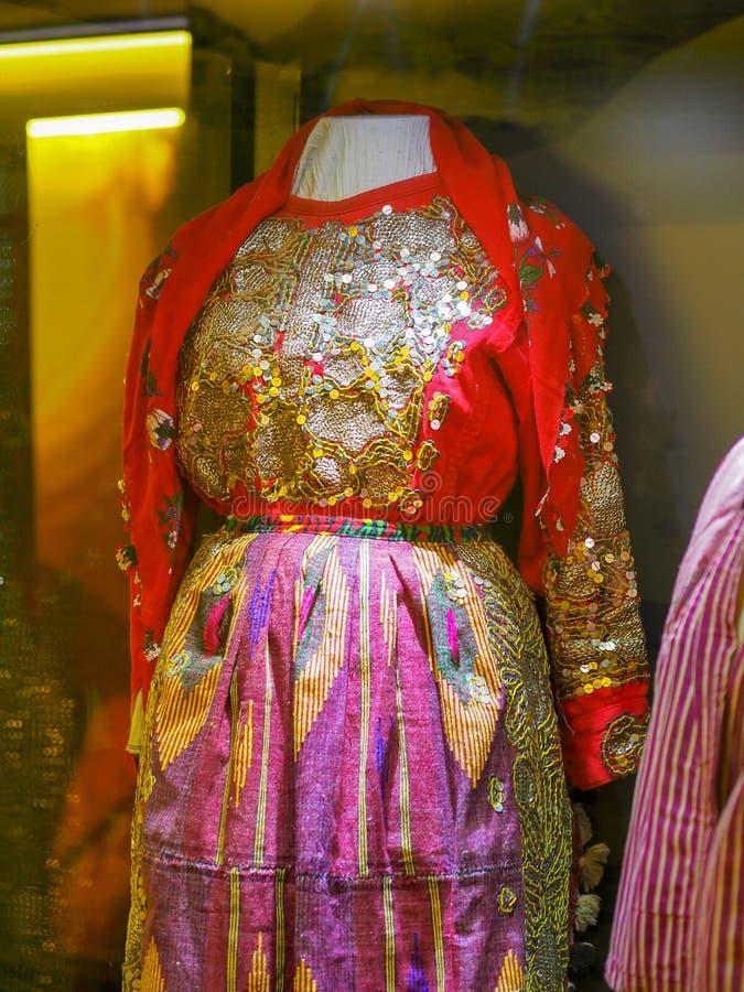A roupa restante das mulheres na altura do otomano imagem de stock