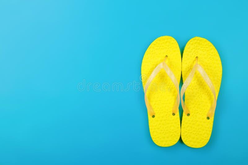Roupa, sapatas e acessórios - o par do amarelo da vista superior flip-flops imagens de stock royalty free