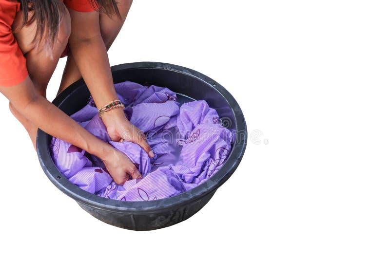 Roupa suja da mão da lavagem da mulher no preto da bacia isolada no trajeto branco do fundo e de grampeamento fotografia de stock