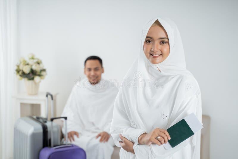 Roupa tradicional branca vestindo da jovem mulher para Ihram pronto para o Haj foto de stock