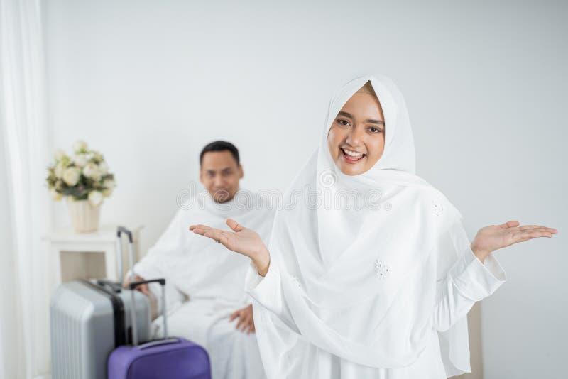 Roupa tradicional branca vestindo da jovem mulher para Ihram pronto para o Haj imagem de stock