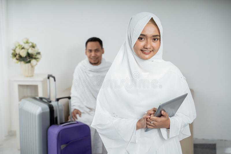 Roupa tradicional branca vestindo da jovem mulher para Ihram pronto para o Haj fotos de stock