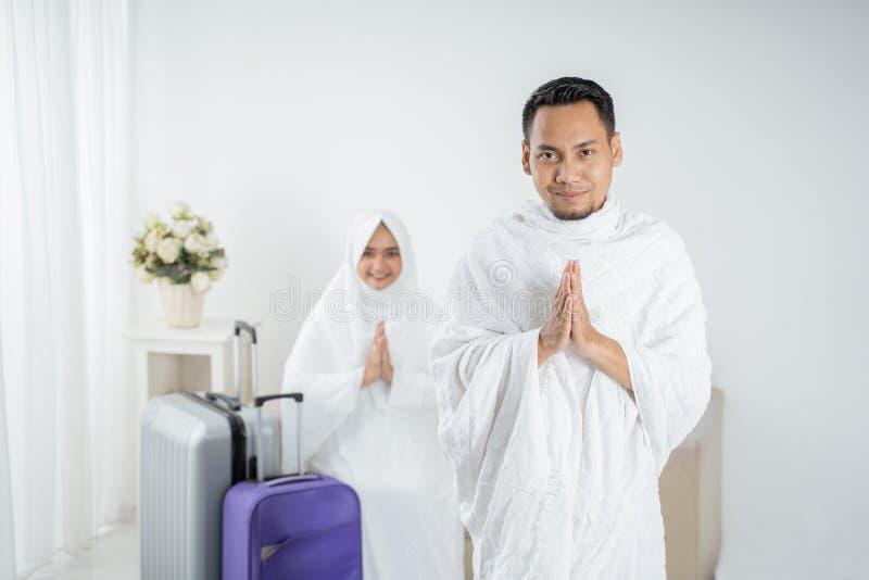 Roupa tradicional branca vestindo do homem novo para Ihram pronto para o Haj foto de stock royalty free