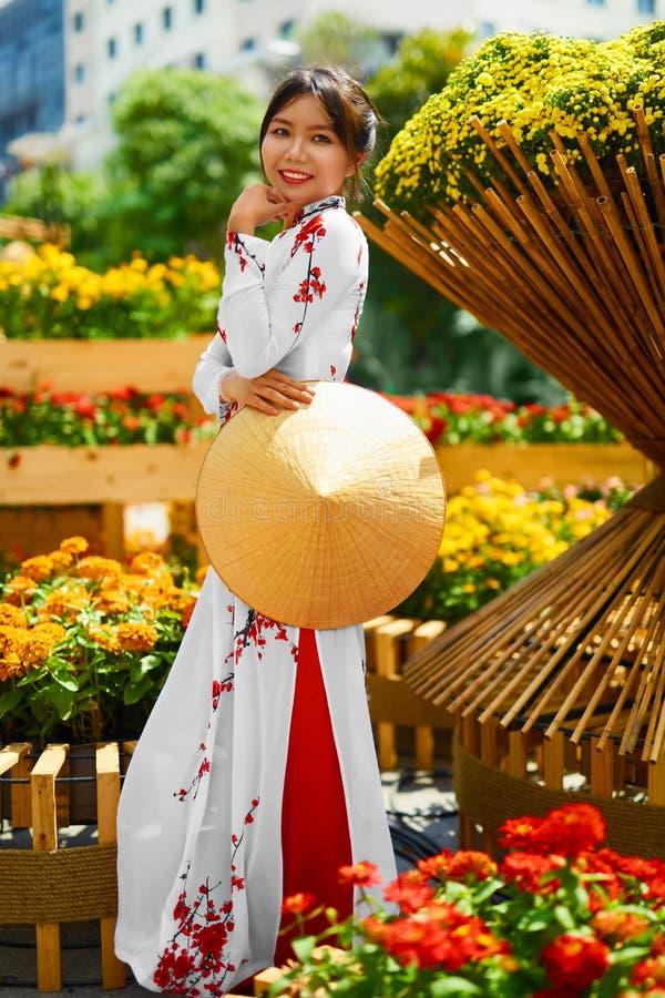 Roupa tradicional vietnam Menina asiática em Traditiona nacional imagens de stock