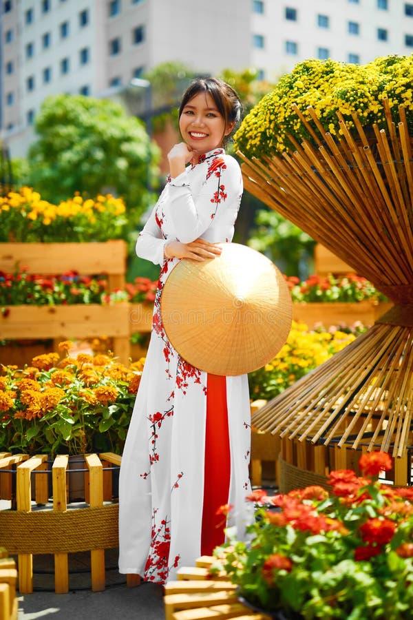 Roupa tradicional vietnam Menina asiática em Traditiona nacional imagem de stock