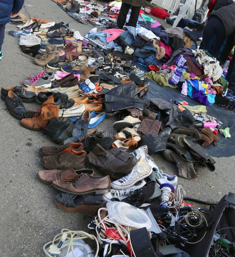 roupa usada e roupa gasto em uma feira da ladra exterior foto de stock