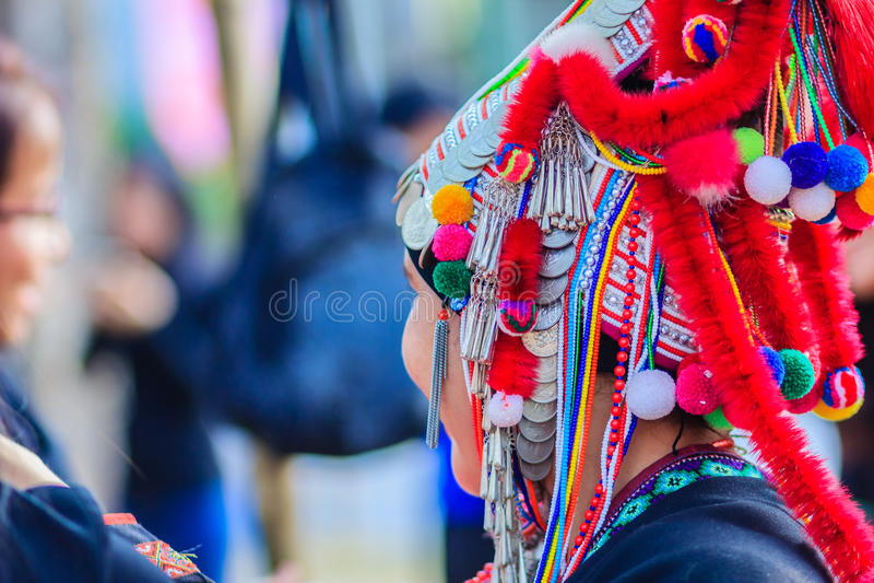 Roupa vermelha tradicional bonita dos trajes e moedas de prata em h foto de stock
