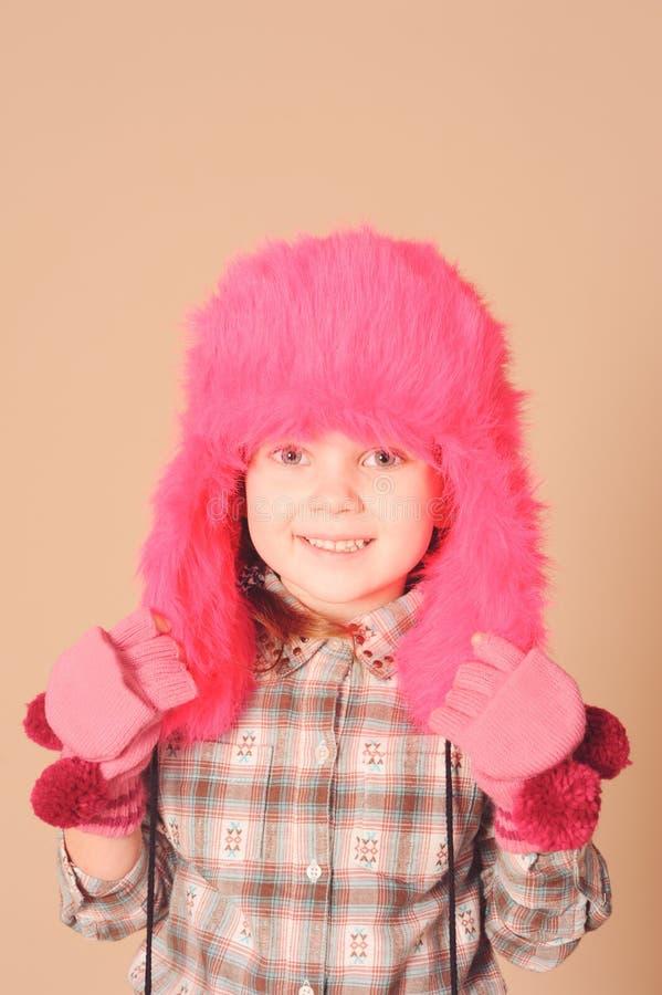 Roupa vestindo do inverno do bebê bonito foto de stock royalty free