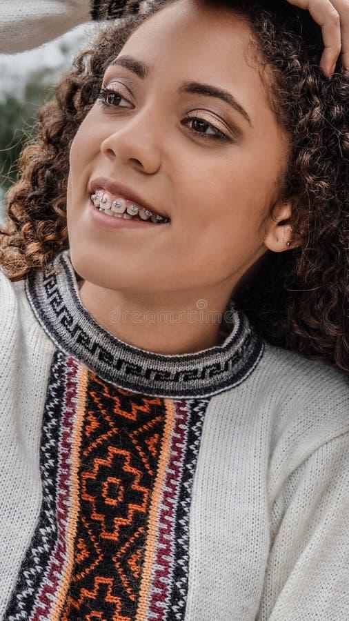 Roupa vestindo do inverno do jovem peruano feliz foto de stock